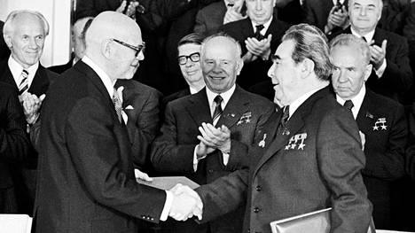 """Presidentti Urho Kekkosen ja pääsihteeri Leonid Brežnevin välit olivat lämpimät valtiovierailulla Kremlissä toukokuussa 1977, jolloin allekirjoitettiin sopimus Kostamus-projektista. Brežnevin kunto oli kuitenkin jo huono ja hän """"keskusteli"""" lukemalla puheenvuorot lunttilapusta. – Kekkosen ja Brežnevin 1970-luvun Zavidovon-tapaamisista ei ole kuvia."""