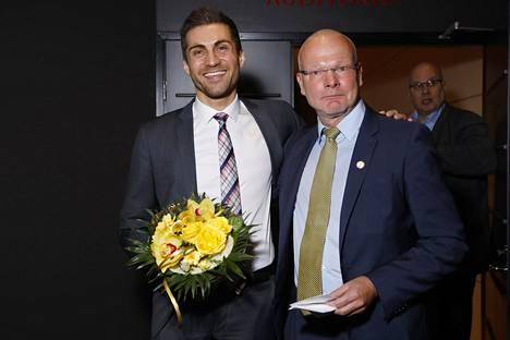 Sami Itani sai onnittelukukat SUL:n väistyvältä puheenjohtajalta Vesa Harmaakorvelta.