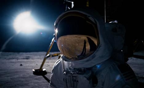 Ensimmäisenä Kuussa -elokuva jakautuu tehtävään valmistautumiseen ja itse kuulentoon.