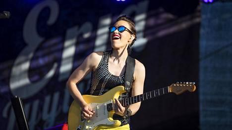 Erja Lyytinen on saanut blues-yleisöön myös naisia. Allasa Sea Poolin keikalla heitä oli puolet yleisöstä.