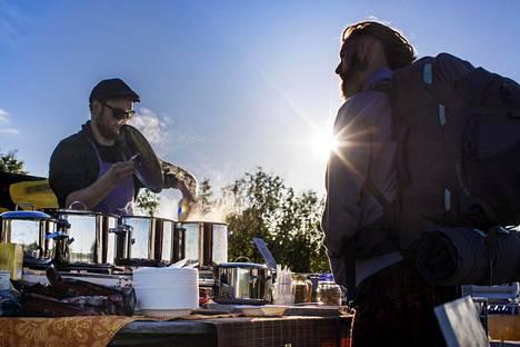 Miikka Räisänen tarjoilee Juris Blumelle vegaanista ruokaa Vege Pop-Up -ravintolassaan.