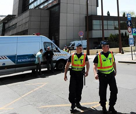 Poliisit vartioivat juutalaisten maailmankongressin pitopaikkana toimivan hotellin edustalla Budapestissa sunnuntaina.