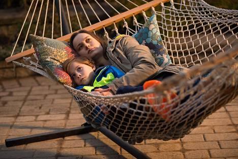 Brie Larson ja Jacob Tremblay näyttelevät äitiä ja lasta elokuvassa Room.