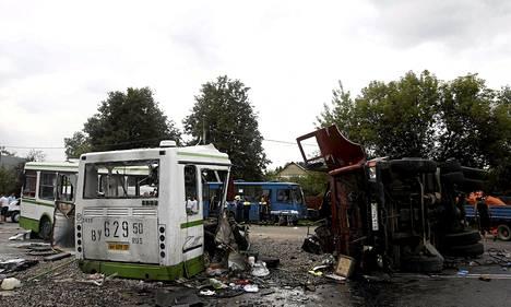 Pelastuslaitoksen työntekijät raivasivat turmapaikkaa lauantaina Moskovan lähettyvillä. Bussi katkesi onnettomuudessa kahtia.
