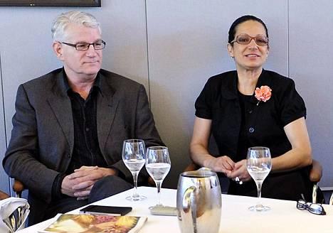 Jeremy Gould ja Umaya Abu-Hanna osallistuivat siirtolaisparlamentin perustamisesta kertovaan lehdistötilaisuuteen Helsingissä 2010.