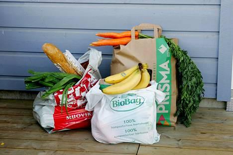 Suomessakin on pohdittu, mikä on paras: tavallinen muovikassi, paperikassi vai kompostoituva kassi.