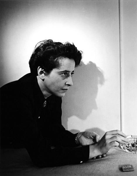 Arendt ei suostunut luomaan ajatuksistaan oppirakennelmia tai noudattamaan yhtä tieteellistä koulukuntaa. Teoksissaan hän yhdistelee tarpeen mukaan poliittista teoriaa, historiaa, filosofiaa ja sosiologiaa.