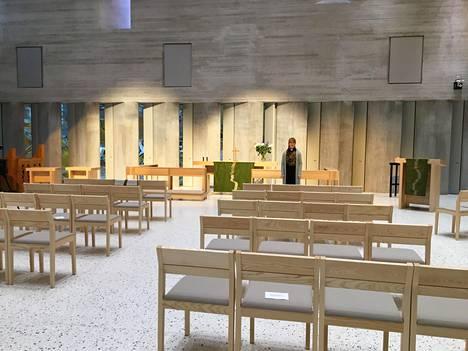 Korona-ajan kirkko kumisee tyhjyyttään. Vantaan seurakuntien viestintäpäällikkö Meri-Anna Hintsala tekee kirkon esittelyvideota kokoontumisia vältteleville seurakuntalaisille.