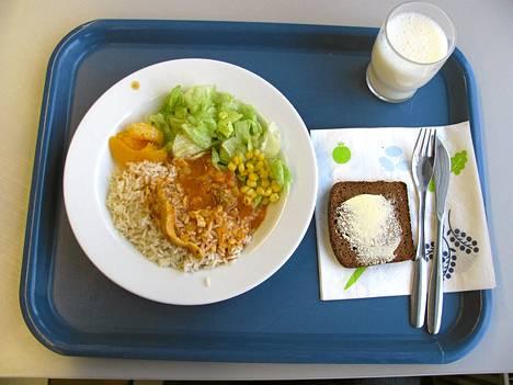 Oulunkylän yhteiskoulussa oli maanantaina ruokana kalkkuna-tomaattikastiketta riisin ja salaatin kera.