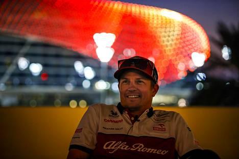 Kimi Räikkönen ajaa myös alkavalla kaudella Alfa Romeolla. Kuva Abu Dhabista 10. joulukuuta 2020.