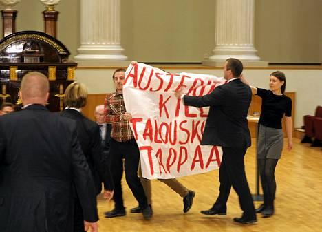 Herman Van Rompuyn ja Jyrki Kataisen Euroopan tulevaisuus -keskustelutilaisuudessa Helsingin yliopiston päärakennuksen juhlasalissa sattui välikohtaus, jossa ryhmä helsinkiläisiä opiskelijoita vaati solidaarisuutta talouskurista kärsiville eurooppalaisille.