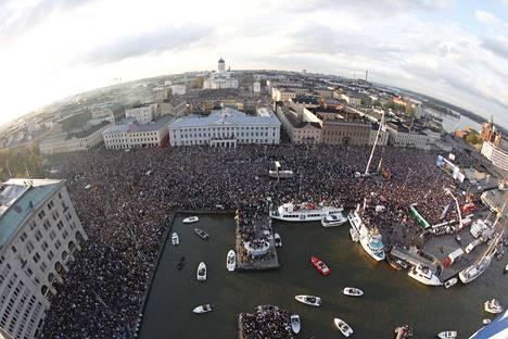 Torilla tavattiin. Helsingin kauppatori pullisteli toisen MM-kullan juhlissa 16. toukokuuta 2011.