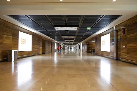 Lentoaseman seinissä on ranskalaisesta pähkinäpuusta tehtyjä paneeleita.