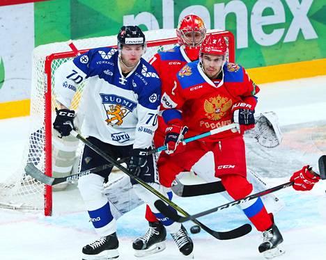 Teemu Hartikainen (vas.) taisteli maalinedustalla Artjom Zubia vastaan marraskuun 2018 Karjala-turnauksen Venäjä-ottelussa.