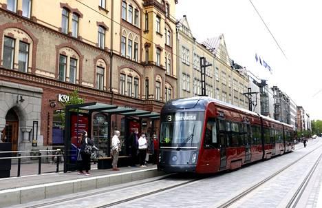 Tampereen Ratikka alkaa liikennöidä virallisesti 9. elokuuta, mutta kaikille avoimeen koeliikenteeseen pääsee jo aikaisemmin. Liikennehankkeet vaikuttavat kaupunkien keskustojen elinvoimaan.