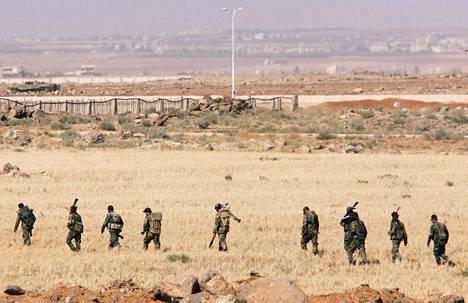 Syyrian hallituksen sotilaita Jordanian Nassib-Jaber-raja-asemalla lauantaina.