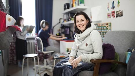 """Lastenpsykiatri Janna Rantala on sopinut kouluikäisten lastensa kanssa, että auttaa heitä läksyissä tiettyyn aikaan päivästä. """"Päiviin kannattaa luoda rytmi, mutta sen ei tarvitse olla täsmälleen samanlainen kuin esimerkiksi koulussa."""""""