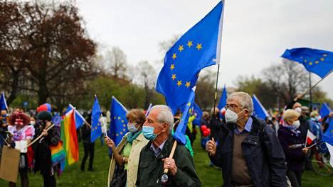Vapunpäivänä Krakovassa EU:n puolustajat osoittivat mieltään Puolan EU-jäsenyyden 17-vuotispäivänä.