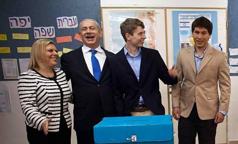 Israelin pääministeri Benjamin Netanyahu äänesti vaimonsa Saran ja poikiensa Yairin ja Avnerin (oik.) kanssa parlamenttivaaleissa tammikuussa.