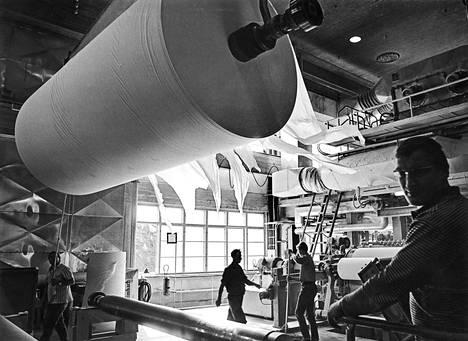 Metsäteollisuuden tuotteet ovat olleet Suomen viennin perusta yli sadan vuoden ajan. Nokialla tehtiin kreppipaperia 1969.