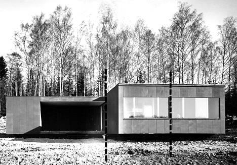 Hakunilassa, Helsingin maalaiskunnassa oleva kansantalo on kuljetettu paikalle kolmena kappaleena. Vasemmalla oleva huoltosiipi, joka pois jätettynä vähentää kokonaiskustannuksia 2.000 markalla, on kuljetettu erillisenä kappaleena. Keskimmäisessä kappaleessa ovat keittiö ja kylpyhuone, wc ja toinen makuuhuone. Oikeanpuoleisessa elementissä ovat makuuhuone ja olohuone.