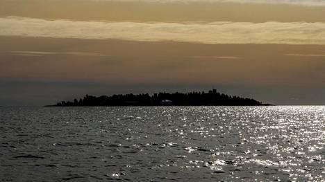 Rysäkari sijaitsee Helsingin ulkosaaristossa noin viisi kilometriä Lauttasaaresta lounaaseen.