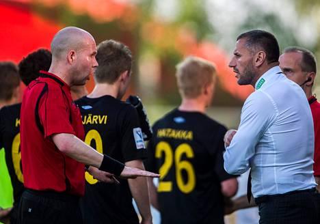FC Hongan päävalmentajalla Shefki Kuqilla (oik.) oli asiaa erotuomari Ville Nevalaiselle.