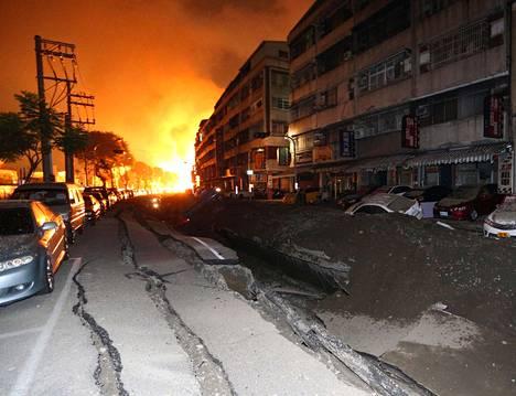 Räjähdykset repivät katuja auki ja sytyttivät tulipaloja Kaohsiungin kaupungissa Taiwanissa torstaina.