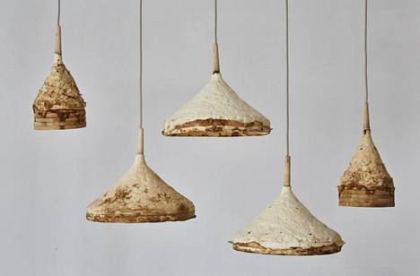 Sebastian Coxin ja Ninela Ivanovan sienirihmastosta ja puusta tehdyt lampunvarjostimet.