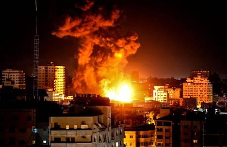 Israel jatkoi maanantain vastaisena yönä ilmaiskuja Gazaan.