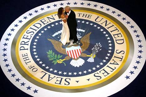 YHDYSVALTAIN JOHTAJA. Presidentti Donald Trump on johtanut maataan tammikuusta 2017 alkaen omalaatuisilla, kiistellyillä ja yllättävillä otteilla. Hän aikoo myös hakea jatkokautta vuoden 2020 presidentinvaaleissa, vaikka häntä vastaan on nostettu virkarikossyyte. Kuvassa hän tanssii vaimonsa Melania Trumpin kanssa virkaanastujaispäivän tanssiaisissa 20. tammikuuta 2017.