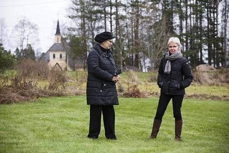 Marja-Liisa Vehkamäki ja Kate Peränen ovat turhautuneita siihen, ettei Östersundomin kohtaloa ole saatu vieläkään selville.