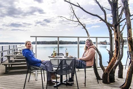 """Janina Suurosella (vas.) ja Johanna Pawlilla on tapana istahtaa kävelylenkin päätteeksi Café Merenneidon terassille. """"Tämä on ihana paikka meren lähellä, täällä on kotoisa tunnelma ja lisäksi haluamme tukea paikallista yrittäjää"""", Pawli sanoo. """"Se on ihanaa ja aivan mahtavaa, että rantaraitin varrelta löytyy palveluita"""", Suuronen jatkaa."""