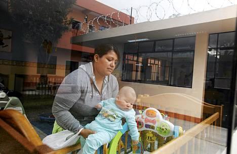 Äiti piti huolta lapsestaan äitienpäivänä Santa Monican naisvankilassa Limassa. Vankilaan perustettiin uudet lastenhoitotilat. Lapset saavat olla äitiensä kanssa kolmivuotiaiksi.
