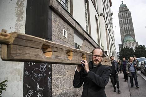 Pappi Kai Sadinmaa kantoi jalkapuun Kalliosta Bulevardille.