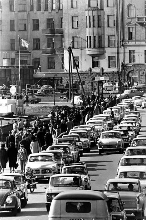 Autoilijoilla oli vaikeuksia Ehrensvärdintiellä pääsiäismielisten helsinkiläisten täyttäessä aurinkoiset kadut.