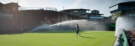 Wimbledonin keskuskentän nurmen kosteus mitataan joka aamu, ja kastelusta päätetään sen mukaan.
