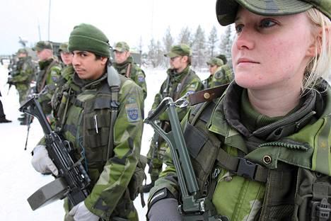 Ruotsalaisia sotilaita EU:n nopean toiminnan joukkojen Pohjoismaisen taisteluosaston, NBG:n, harjoituksissa Norrbottenissa marraskuussa 2007. Kuvassa etualalla Dan Gustavsson ja Anna Gustafsson .