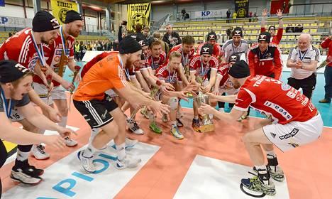 Vammalan Lentopallon kapteeni Antti Esko tahditti pokaalin kanssa joukkueensa voitonjuhlia.