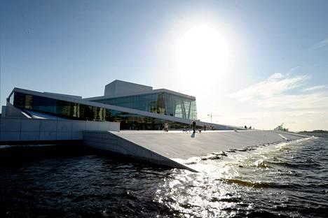 Oslon oopperatalon pääongelma on ollut marmorin kellastuminen.