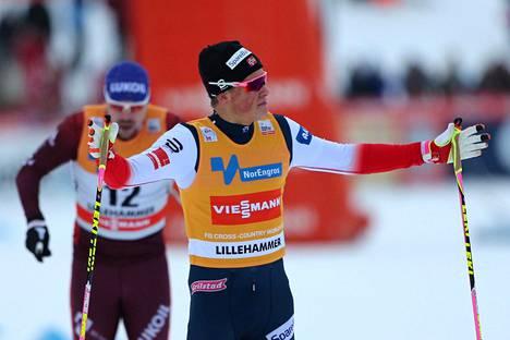 Johannes Høsflot Klæbo levitteli Toblachin takaa-ajon maalissa käsiään samaan tapaan kuin kaksi viikkoa aiemmin Lillehammerin sprintissä (kuva). Molemmilla kerroilla hänen selkäänsä katsoi lähipää Venäjän Sergei Ustjugov.