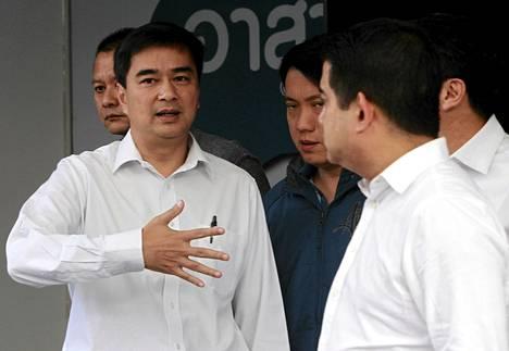 Thaimaassa oppositiossa olevan demokraattisen puolueeen johtaja Abhisit Vejjajiva ilmoitti lauantaina puolueen boikotoivan maan ennenaikaisia vaaleja.