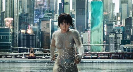 Scarlett Johansson kyborgin roolissa elokuvassa Ghost in the Shell.