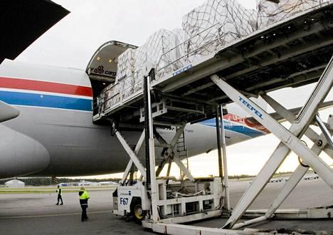 Kontteja lastattiin rahtikoneeseen Helsinki-Vantaan lentoasemalla syyskuussa 2008.