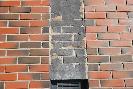 Pasilassa vuonna 2012 valmistuneessa asuinkiinteistössä on todettu monia rakennusvirheitä, jotka ovat johtaneet muun muassa julkisivumuurauksen laastin murenemiseen ja vesivahinkoihin.