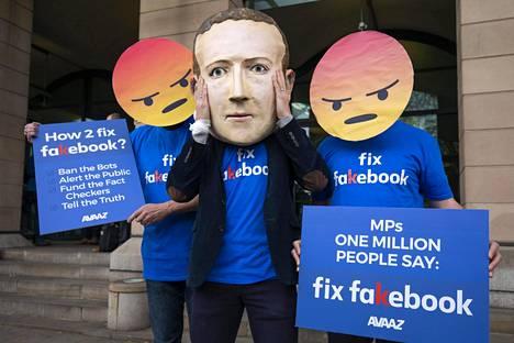 Mark Zuckerberg -päällä varustautunut Avaaz-järjestö osoitti huhtikuussa mieltään Lontoossa ja vaati Facebookia puuttumaan esimerkiksi yhteisöpalvelun valeprofiileihin.