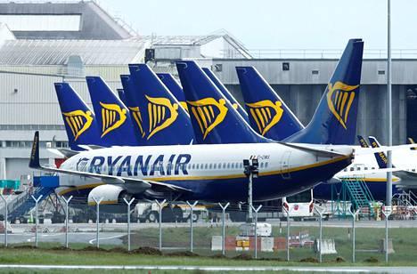 Irlantilainen halpalentoyhtiö Ryanair arvioi, että sen suunnitellusta liikenteestä toteutuu huhti–kesäkuussa yksi prosentti. Kuvassa Ryanairin koneita Dublinissa vappupäivänä.