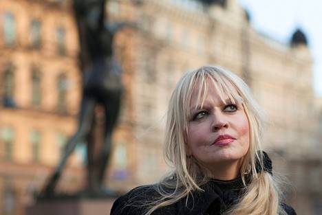 Maritta Kuula on helsinkiläinen laulaja-lauluntekijä. Oulusta kotoisin oleva Kuula perusti 80-luvulla 500 kg lihaa -yhtyeen yhdessä Kauko Röyhkän ja Pupu Lihaviston kanssa. Maritta Kuula on tehnyt soolouraa vuodesta 1992 lähtien. Kuudes soololevy Kuuluisaa sukua julkaistiin tänä keväänä.