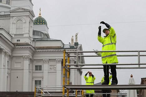 Terassia pystytettiin Senaatintorilla Helsingissä tiistaina.