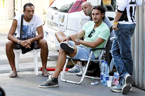 Pelikiellrosta suivaantunut Emmanuel Pesoli kahlitsi itsensä aitaan ja lopetti syömisen moneksi päiväksi.